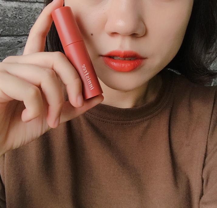 容許歐膩再次讚嘆,這款橘色也超美啊TT雖然實體比照片要再紅一些,但是顏色擦上去真的美到我們其他三個小編都說要買(真心不騙,N編還說還好她下個月就要去韓國買XDD)