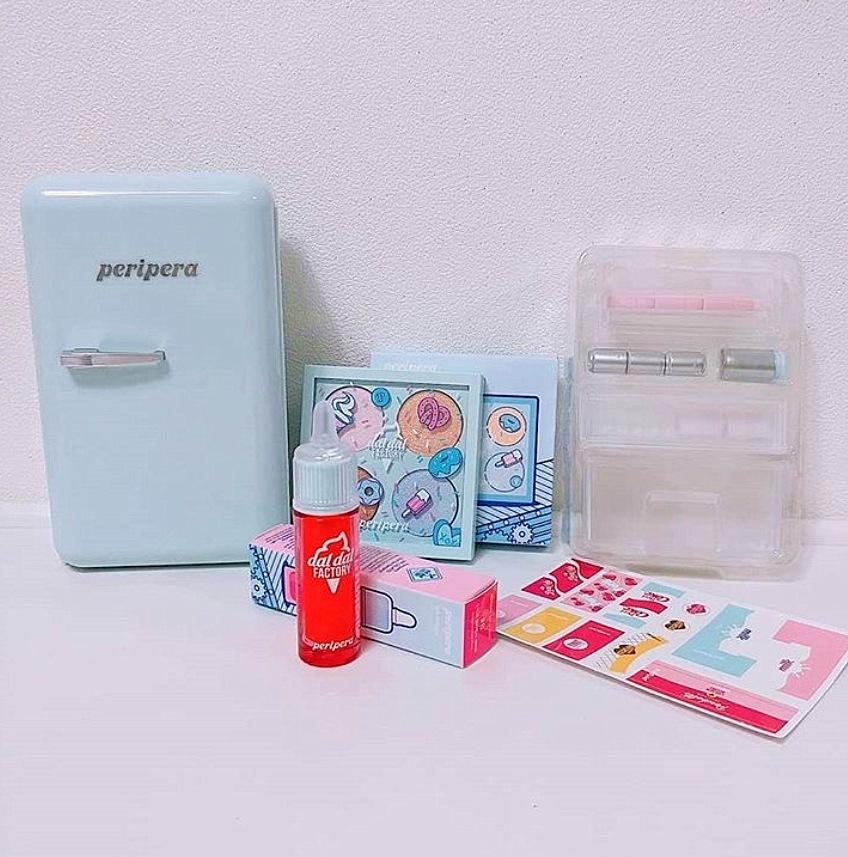 裡面就像這樣,一推材料包,包括貼紙、層架、瓶瓶罐罐等,可以自己動手貼貼紙,再把瓶瓶罐罐放進冰箱裡~