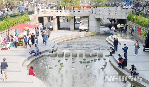 像是我們印象中首爾知名的散步路「清溪川」在連續幾天的暴雨下