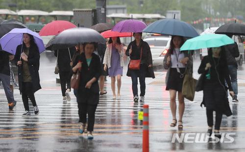 韓國首爾連續下了好幾天的暴雨..也讓首爾淹水現象不斷發生!