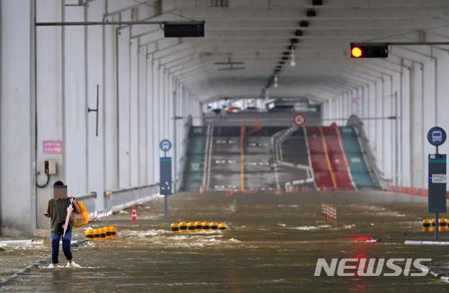 除了清溪川之外,強大的雨勢讓漢江的水位隨之暴漲,18日上午橋下路面仍處於全面封閉的狀態。