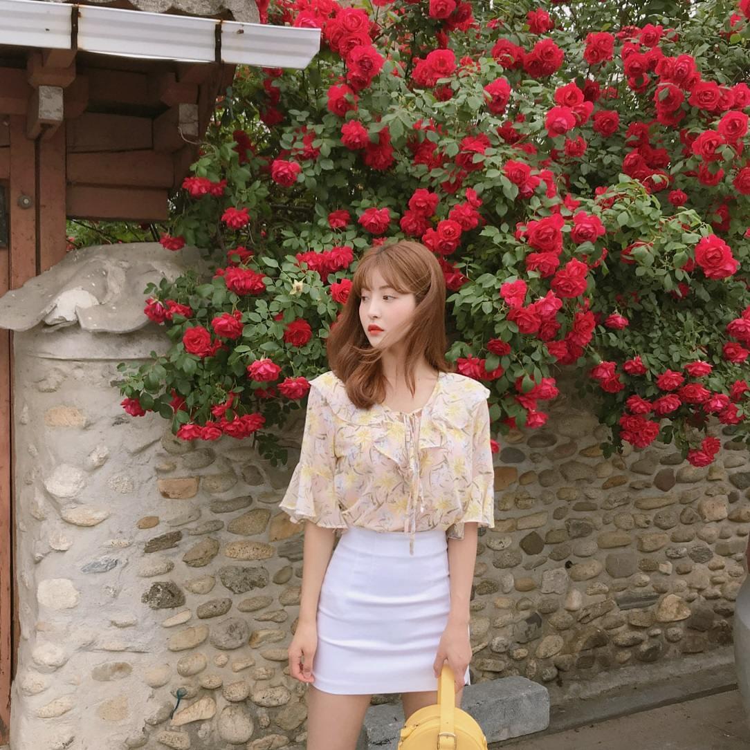 碎花襯衫絕對是春夏必穿的單品,不管是在亞洲各國還是歐美,都深受女孩的觀迎。選擇淺色款的碎花襯衫能夠更凸顯女人味,配上一件窄裙或是牛仔褲都很適合,不會顯得過於成熟,反而能夠展現女孩子特有的溫柔氣息。