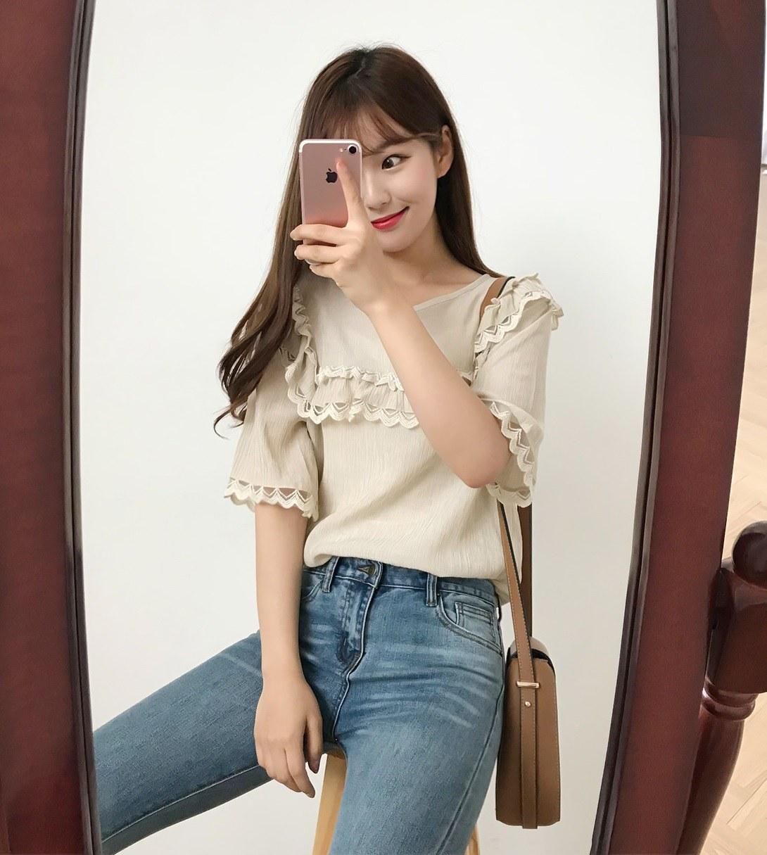 除了碎花襯衫,蕾絲邊設計的上衣也賣得很好,很多日本女生喜歡走比較淑女氣質的打扮,但為了中和過於女生氣息的風格,下半身只需要搭配褲裝就可以讓人看起來更有朝氣。至於胸前的蕾絲邊設計可以修飾胸型,就算胸部不夠豐滿,穿起來也不會顯得太平坦啦~