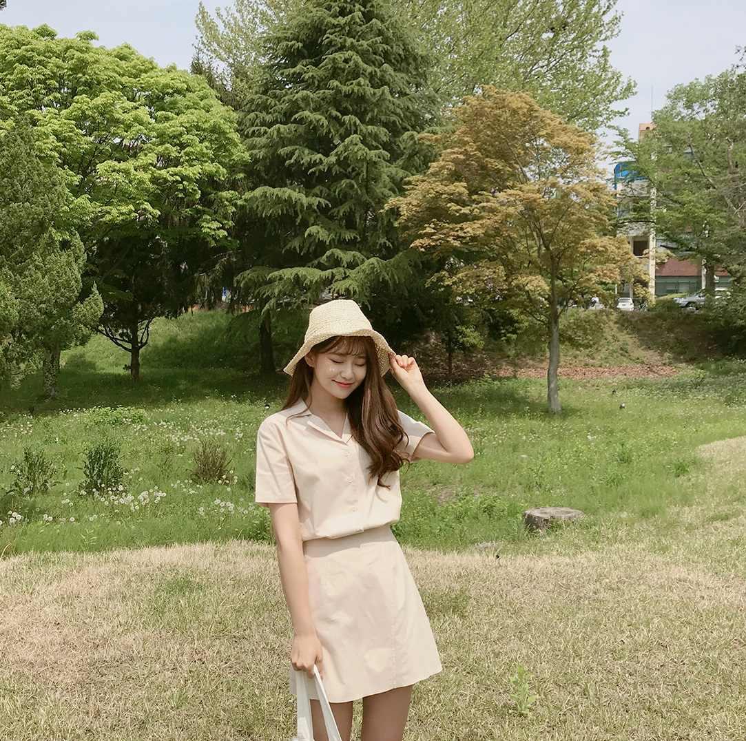 首先第一款就是從去年紅到現在都還是很常見的翻領短袖棉麻襯衫+A字短裙套裝,從前幾年開始流行成套的穿搭,襯衫搭配A字裙則是最為常見的款式,和棉麻襯衫做搭配,不僅在韓國深受年輕女孩的歡迎,日本女孩最近也很喜歡這種充滿甜美、文青氣息的風格。