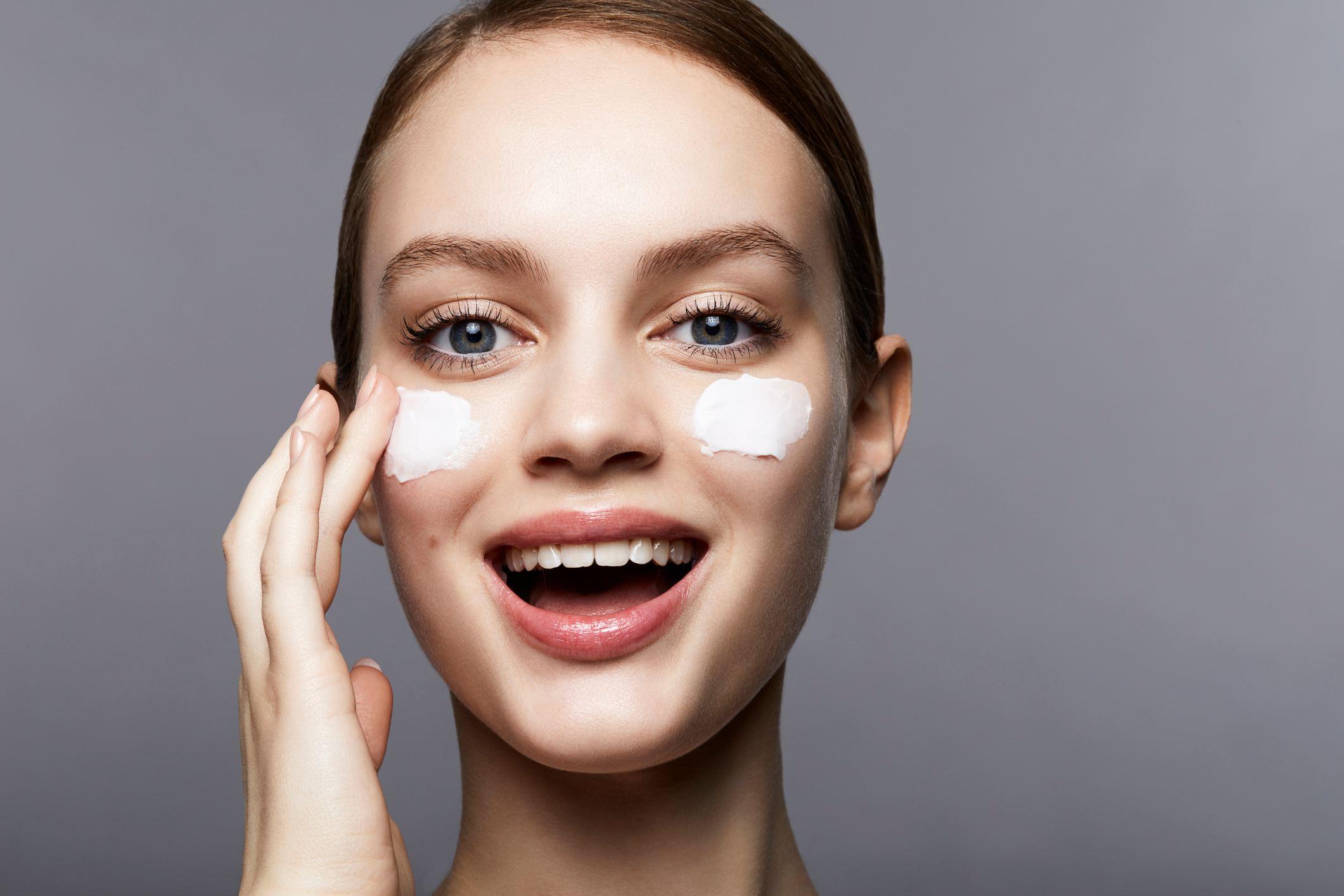 1.洗臉前絕對要先卸妝 長痘痘有各種原因,有可能是妳的身體問題或是飲食習慣,但至少在這邊,我們要先排除因為「清潔不夠徹底而造成痘痘長不停的原因」,而很多人都會有個錯誤的觀念,就是沒有化妝就不用卸妝,這是錯的,因為外面的空氣髒污,絕對比妳的化妝品還毒,所以洗臉前一定要將妝卸除乾淨,才開始洗臉