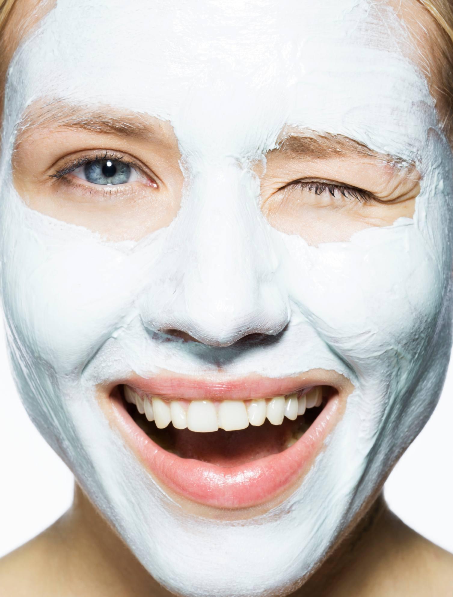 3.痘痘肌的洗臉產品挑選 現在市面上有賣專門給痘痘肌使用的洗面乳,但因為清潔太強,反倒會破壞皮脂膜,讓肌膚更乾燥,因此在洗面乳的挑選上,建議使用成分簡單、質地清爽的保濕洗面乳即可,先不要使用美白或是含有去角質功效的洗面乳,因為痘痘肌的洗臉重點,是給予肌膚溫和並且足夠的清潔,以及加強保濕,其他功效的洗面產品,有可能會刺激痘痘,因此暫不使用