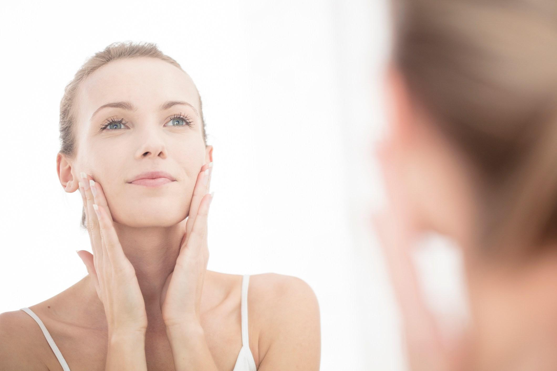 4.痘痘肌的去角質關鍵 若妳的痘痘是一直處在紅腫發炎或是爆膿的狀態,那妳在去角質的時候一定要避開,只要在沒長痘痘的肌膚區塊做簡單的去角質即可,另外在去角質的產品上,也建議盡量挑選凝膠類取代磨砂類的去角質產品,洗完臉後,在臉上以指腹輕輕按摩畫圓即可,不要過度的摩擦肌膚,以免造成連帶的敏感紅腫