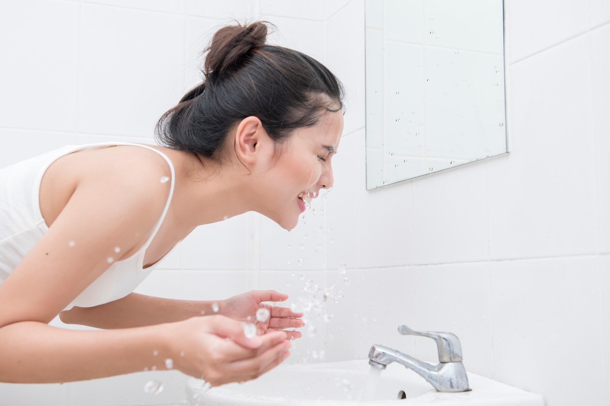 5.痘痘肌的洗臉水溫 想要有效的利用洗臉抑制痘痘,其關鍵就是不能懶,很多人為了貪圖方面,都會在洗澡的時候,順便用蓮蓬頭洗臉,但洗澡的水溫對於臉部肌膚來說太燙,會造成油脂過度清潔,和血管擴張,讓痘痘問題更嚴重;但等等~用冷水洗臉也是不OK,因為冷水會讓毛孔收縮無法徹底清潔,因此最好的水溫就是溫水(接近人體的溫度),對痘痘肌清洗的時候最有效