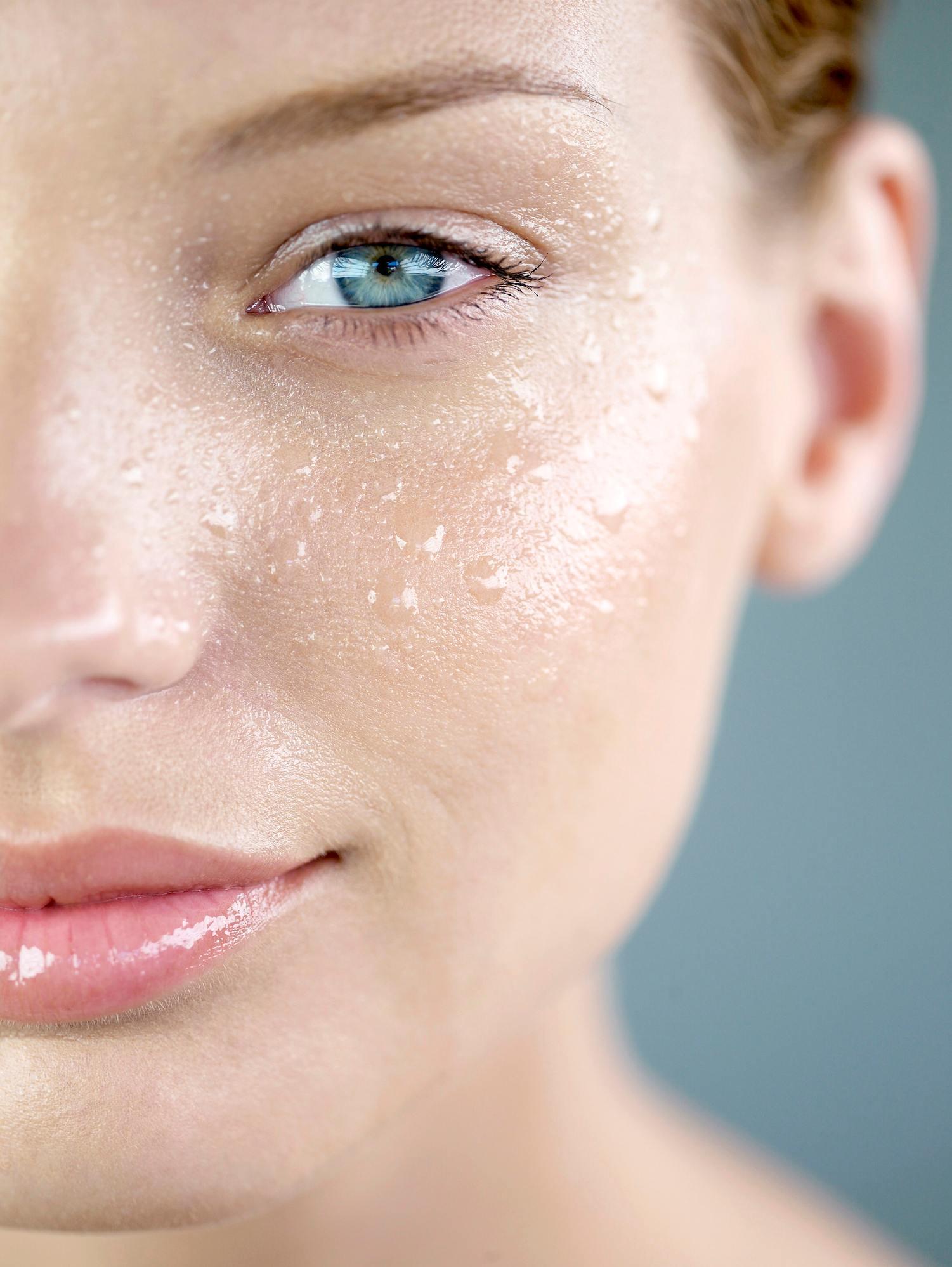6.痘痘肌的洗臉步驟 將臉徹底地打濕,擠約十元大小的洗面乳於掌心,加點水,雙手將洗面乳搓揉出滿滿的泡沫後,先洗臉上最容易出油,痘痘最多的地方,接著再由內向外延伸,在洗的時候只要用指腹溫柔的打圈,每個部位洗五秒左右,髮際線及下巴輪廓線,這些最容易偷偷冒痘的部位,都要清潔到,最後再將臉洗乾淨(記得洗記得洗面乳不要留在臉上太久的時間喔),洗完臉後請立即上後續保養品,才能keep住臉上的水分不流失