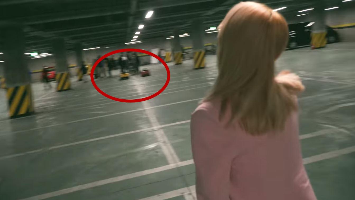 不過看來華麗的MV卻在玟星一個帥氣進場,自我介紹之後讓人忍不住爆笑!因為原本在預告裡面閃閃發亮,看起來一定很名貴的跑車,在下一個鏡頭卻漏餡穿幫,被發現根本只是模型小車車XDDD