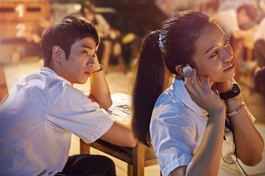 重新寫下台灣青春電影歷史的《帶我去月球》講述一名男主角在學生時期未能表白而失敗告終,偶然返回以前重遇初戀。在學生時期暗戀、心痛、後悔等的經驗相信很多人也有,但也有部份韓國人表示內容和故事時間一樣都停留在90年代,覺得很無聊。