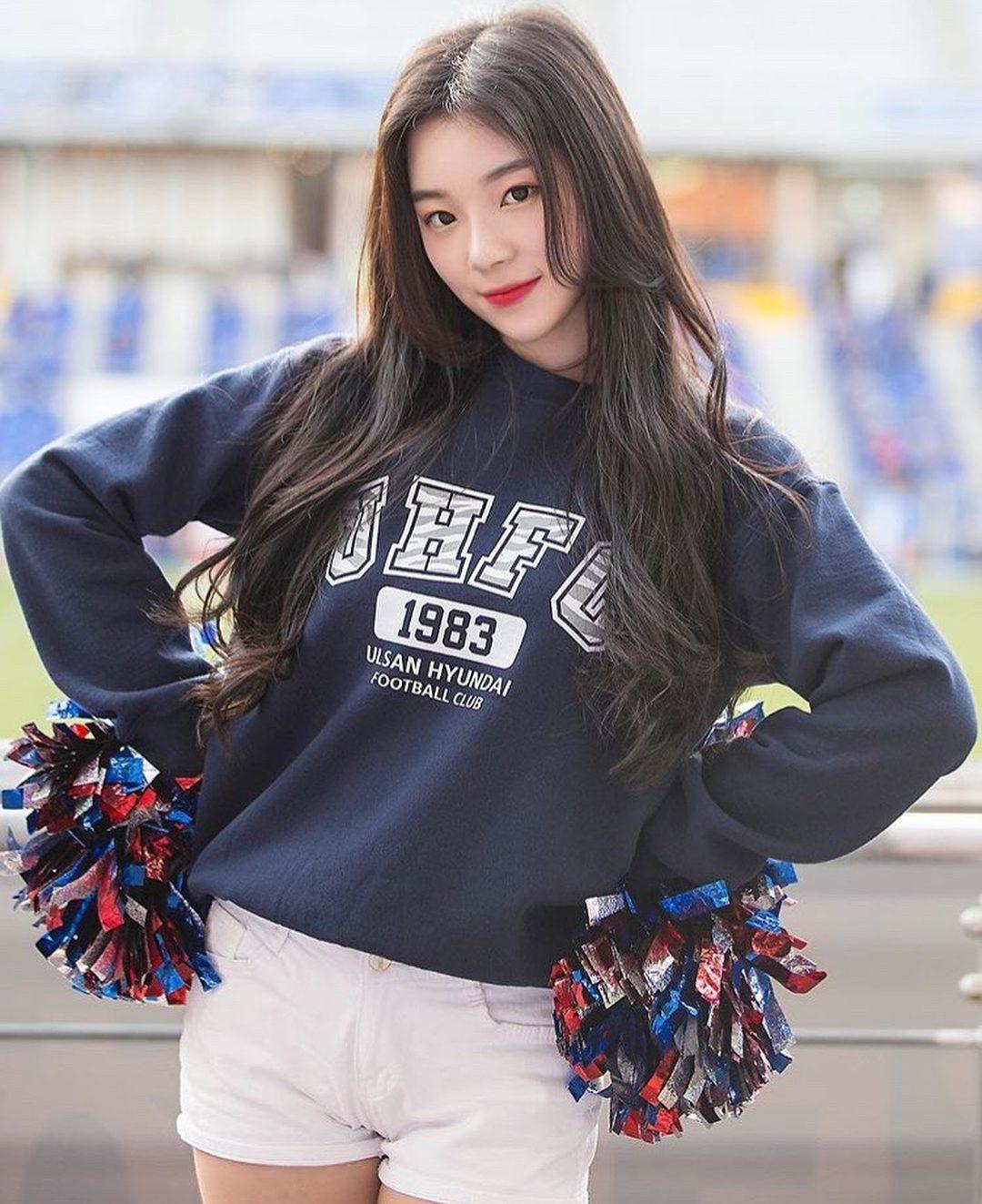 然而最近韓國網友討論度最高的素人,應該就非韓華鷹隊的啦啦隊隊員조연주莫屬了吧,因亮麗的外型在亮相後立刻引起廣大網友的討論,網友紛紛表示조연주的外型和IRENE非常相似~