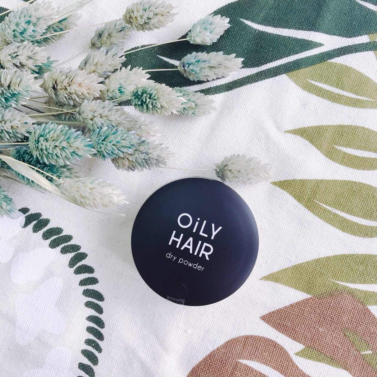 【A'PIEU】頭髮專用控油蜜粉: 最後一款則是【A'PIEU】頭髮專用控油蜜粉,只能說她真的太會偽裝,一臉就是蜜粉的樣子,帶在身上也不會讓人想像你頭很油的樣子(?),使用起來也會比噴灑的款式還要來得更為方便。