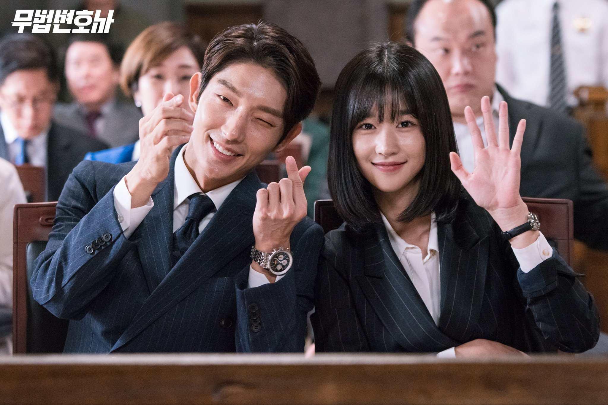 ✿TOP7  tvN《無法律師》 話題佔有率:4.07% ※講述原本是黑幫成員的奉尚弼,本來不相信法律、更相信以拳頭解決問題,但為了替媽媽報仇而成為無法律師,以一己之力與巨大權力抗爭站上正義的法庭的故事。