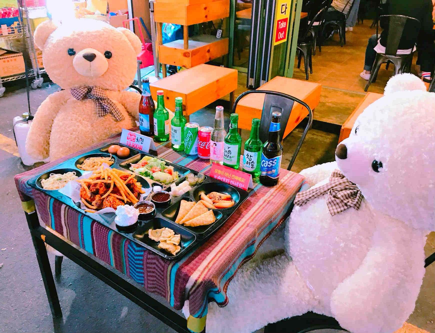 門口擺放著兩隻可愛的熊玩偶,桌上的美食,就是這間店的主打套餐唷!
