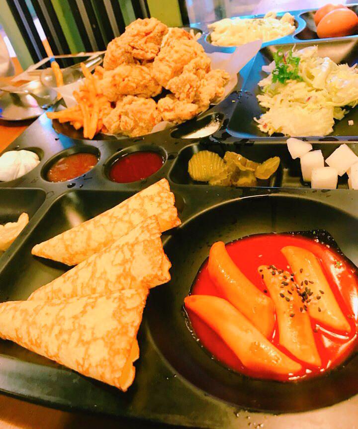 這一盤的大小,連兩人位置的桌子也差一點擺不下。除了有炸雞,還有辣炒年糕、生菜、西式蛋餅等,果真是份量大、料多實在啊!