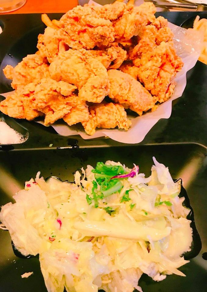 金黃酥脆的炸雞,搭配淋上芥末醬汁的沙拉,具有解膩的功能,讓人忍不住一口接著一口,胃口大開呀!