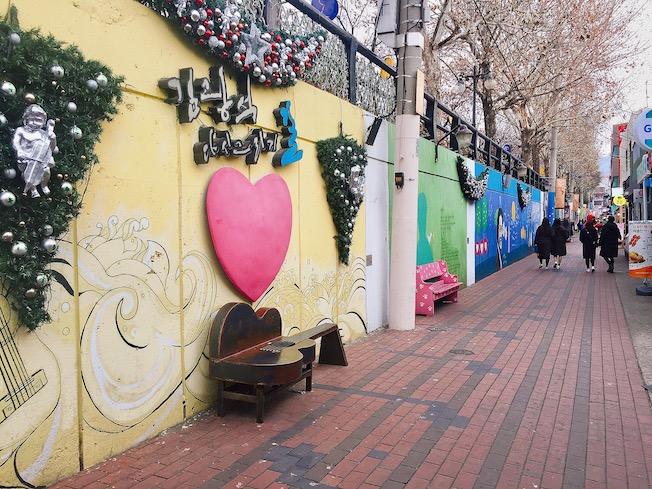 景點  金光石街(김광석길):喜歡藝術的你絕對不能錯過金光石街!金光石街是為了緬懷已故歌手金光石而打造的一條街,整條路上充滿了壁畫,沿街也會播放金光石的歌曲,一個人慢慢的散步、拍照絕對超適合的!