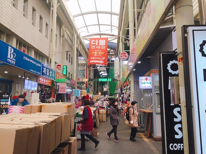 大邱西門市場(대구 서문시장) 交通:地鐵三號線 西門市場站3號出口 地址:대구 중구 큰장로26길 45 (45, Keunjang-ro 26-gil, Jung-gu, Daegu, Republic of Korea) 營業時間: 早市09:00~19:00(依店家而異)每個月第1、3個週日公休  夜市 星期五、星期六19:30~24:30 星期日、平日19:30~24:00