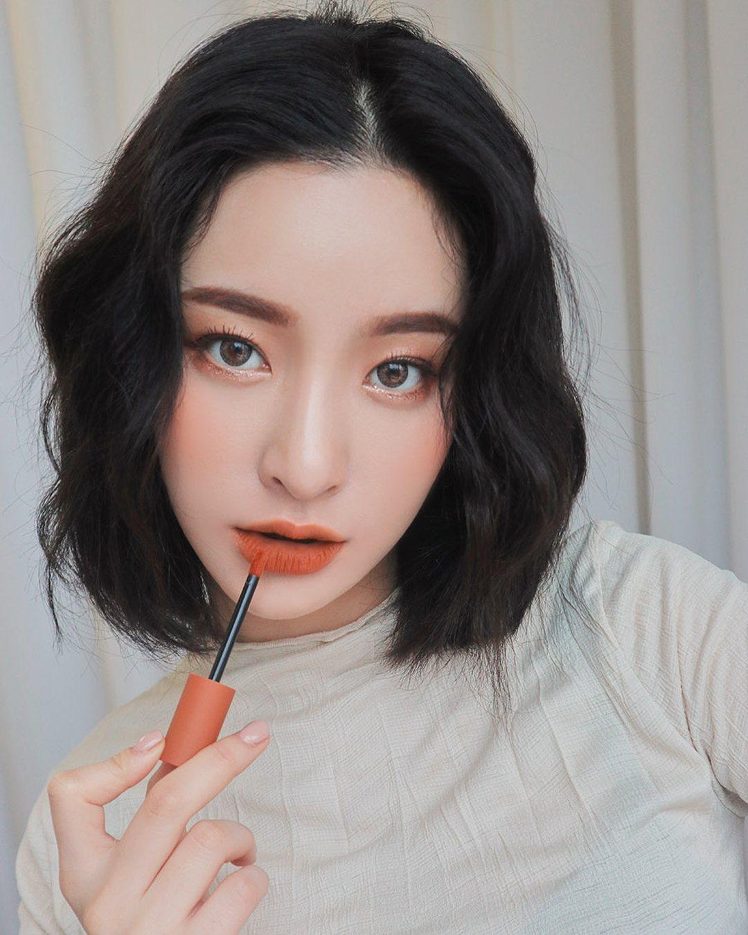 7.口紅絕對不會只有一隻: 通常口紅數量比較少的女孩對於化妝的關心度比較沒有那麼大,對於韓國女生來說,口紅絕對是化妝包內必備的單品,就算忘記帶出門,也會立刻去商店買一隻,常常都會是,家裡放很多隻、身上帶5、6隻、公司也放個2、3隻的情況,一支口紅打天下的情況實在很少見啊!