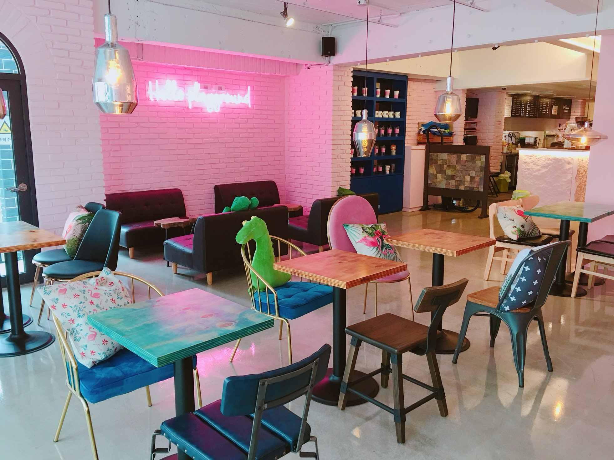 跟服飾店不同的氣氛,可愛粉嫩的風格完全是女孩們的取向狙擊呀!咖啡廳總共有三層樓,三樓是主要座位區。