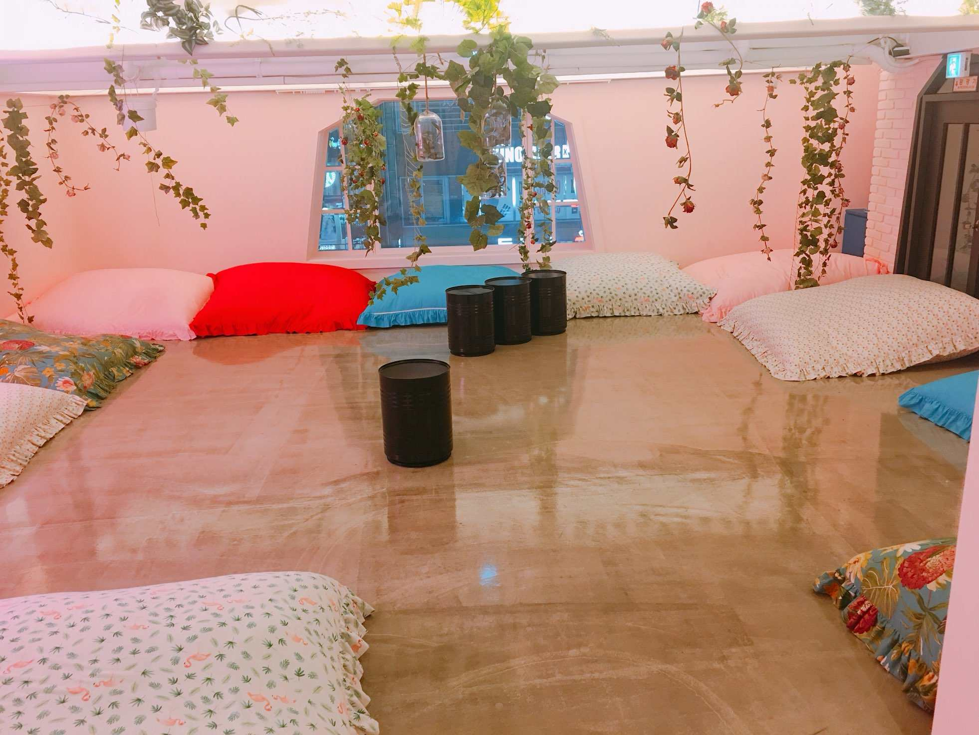 沒有真的房間,但是有很多美美的床墊!!讓你可以躺著休息聊天,以及拍拍美照喔~因為才剛開幕客人還不多,小編還看到真的有人在這裡睡覺的呢!