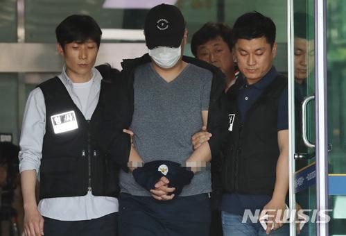 27日被緊急拘後他在今天為了接受審查,從首爾水西警察署被帶到首爾中央地方法院。