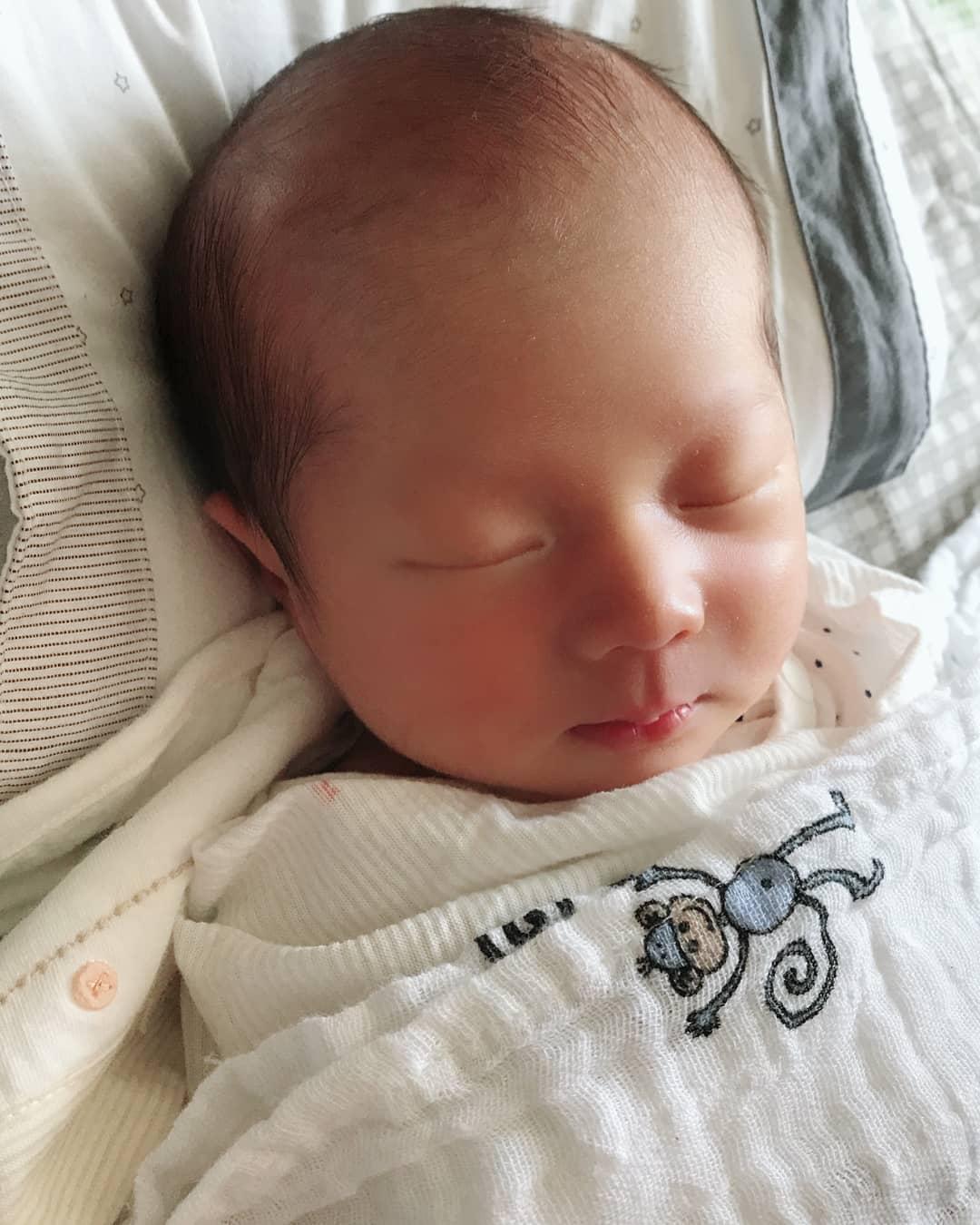 有星爸星媽基因加持,不僅짱이 才剛出生就看來超可愛,還有不少粉絲敲碗希望看到幸福的一家三口登上育兒節目,FNC同事也紛紛獻上祝福