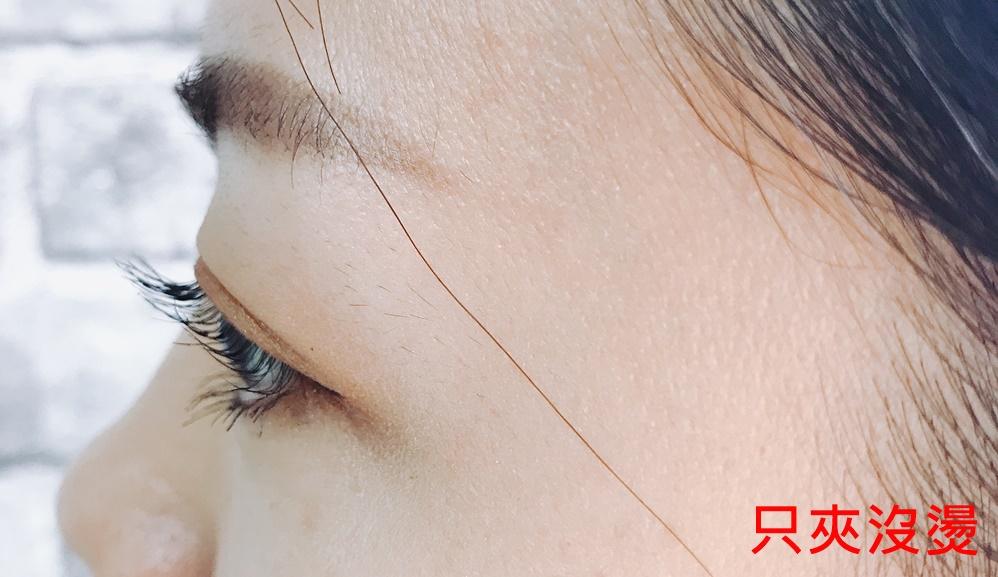 對歐膩這種睫毛算是頗豐富的人來說,每次夾完睫毛夾後再用睫毛膏,雖然會變翹,但是翹度有限,而且還甚至容易垂下來,這樣根本不能製造水汪汪的大眼睛啊!
