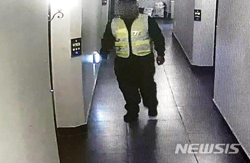 這名中國遊客以竊盜為目標在5月9日進入濟州島,下午9點17分左右進入濟州市蓮洞一所飯店,他在緊急樓梯換上中國公安的制服,拿著兇器到每個房間敲門。