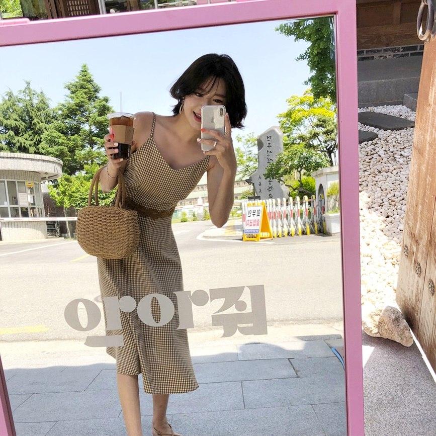 首先摩登少女要介紹的就是自己也有入手的「優雅麻花腰線細肩帶洋裝」,大家都知道韓國女生是非常喜歡穿洋裝的,尤其是配上時下最流行的元素,這種小格紋設計在夏天也是非常熱門,尤其是腰線附近利用麻花腰帶做設計,能夠拉長比例,就算是小個女孩也不用害怕啦!