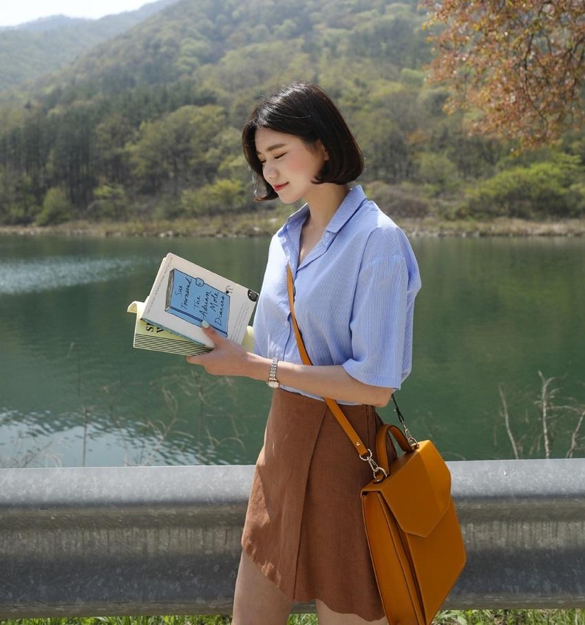 走在韓國街頭絕對可以看到滿滿的A字裙出沒,因為A字裙就是梨型女孩的顯瘦代表作啊!這款【裹裙式造型A字褲裙 】不僅是A字裙,更為女漢子(?)的女孩著想,做了褲裙的方式,讓你在淑女間也可以做自己啦XDDD