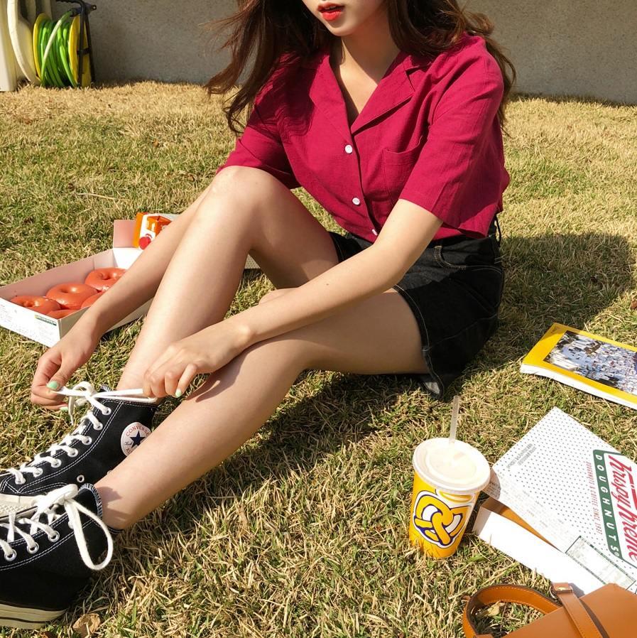 有人也是襯衫控的,快來跟摩登少女相認啊XDDD但是在炎熱的夏天想要穿上一件長袖襯衫,應該走兩步路就開始爆汗了吧!這時選擇這種短袖的襯衫最適合啦~這款【復古學生風口袋鈕釦襯衫】版型挺,穿起來會很顯瘦,而且顏色多元,像是這款紅色的穿起來會超顯白喔!
