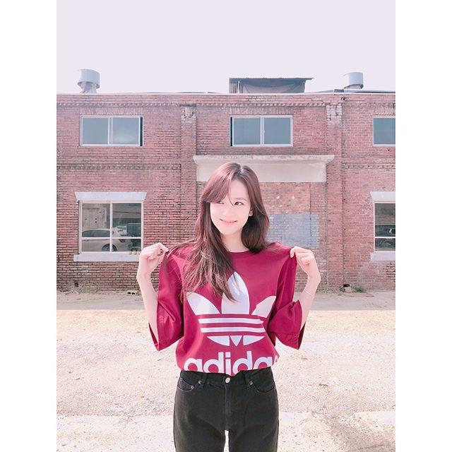 由於其他成員無論是在身材還是實力上都太過耀眼的關係,也讓韓國網友認為Jisoo就顯得普通許多,如果Jisoo的身材算普通的話小編根本就是一攤泥土了吧?其實Jisoo的身材一直以來都保持的相當不錯,只是大多數的人都把視線放在其他成員身上沒有注意到她...