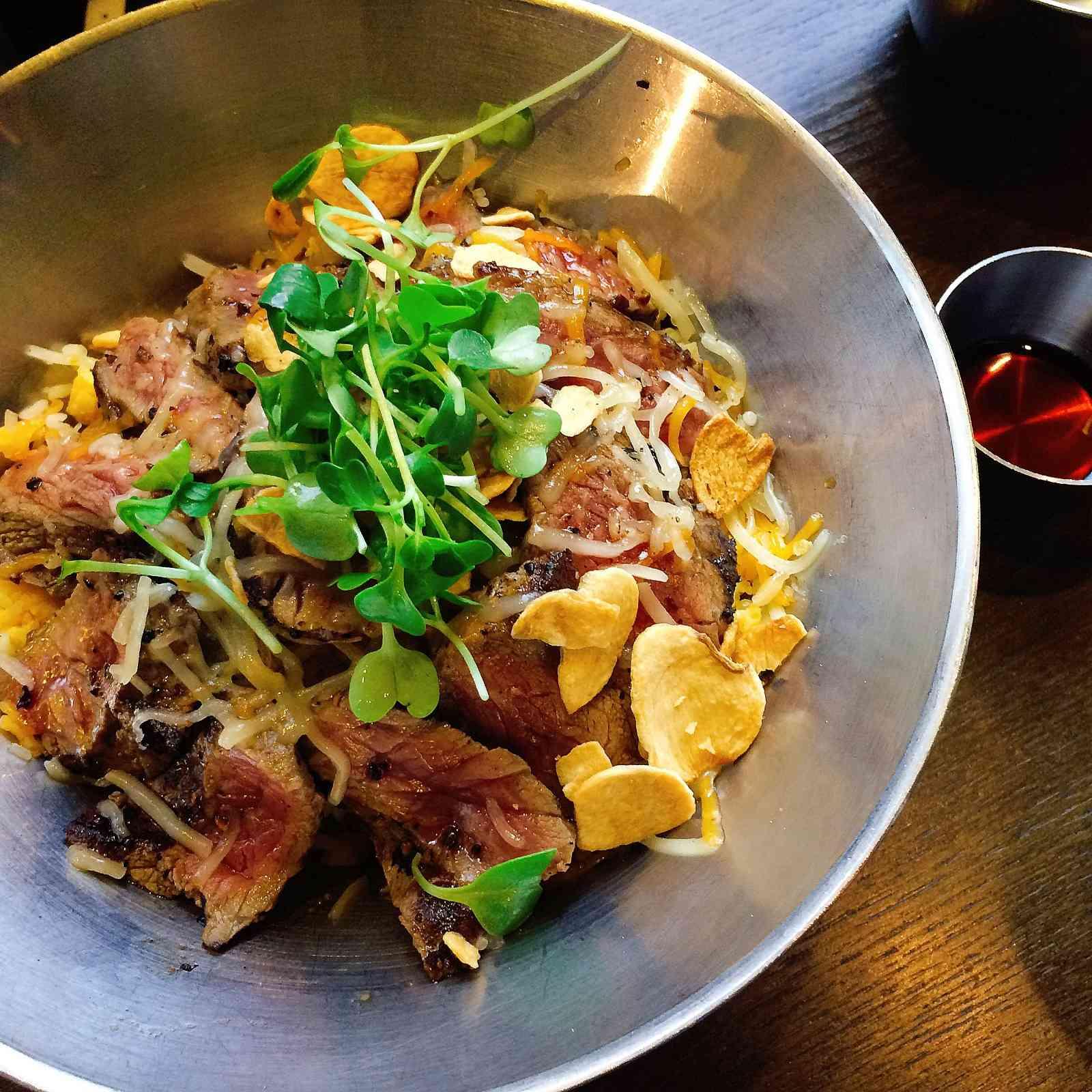 第二款就是牛扒蓋飯,再混合了蘑菇和芝士,是非常豐富的一道料理。
