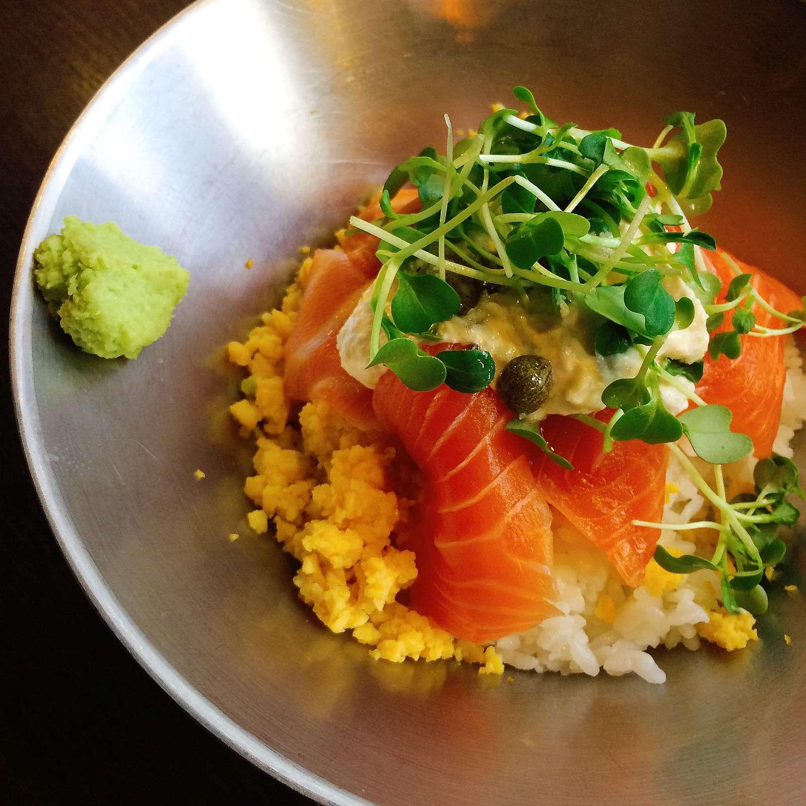 第三款是鮭魚片蓋飯,與第一款不同的是這道吃起來是真的像日式料理。