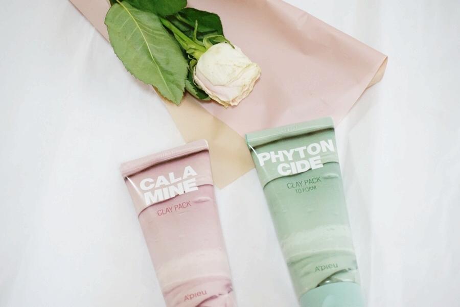 將江~他們就是A'PIEU的清洗式面膜啦~一款粉紅色的是【A'PIEU】爐甘石粉色泥漿面膜,另一款綠色則是【A'PIEU】芬多精綠色泥漿潔顏面膜,兩款雖然都屬於清潔的面膜,但是功效也有點不同。