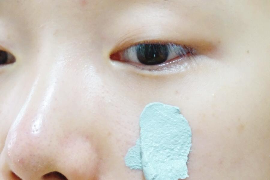 平常使用時只需要在洗完臉之後,將臉擦乾無水氣,接著直接塗抹在臉上,再用手指將他推開即可。記得等待10-15分鐘之後再用水洗淨。