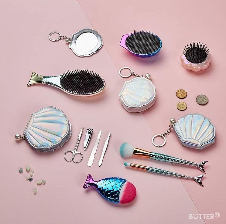 你看看BUTTER連隨身小鏡子都有,還有梳子也是貝殼的,在外面拿來補妝真的超可愛的啦!