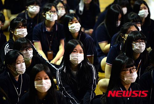 如果裙子很長,又素顏上學的話,很容易會成為其他同學排擠的目標。雖然化不化妝是個人的自由,但如果不化妝很多韓國人都會覺得不好意思,不然就是戴上口罩才會出門。