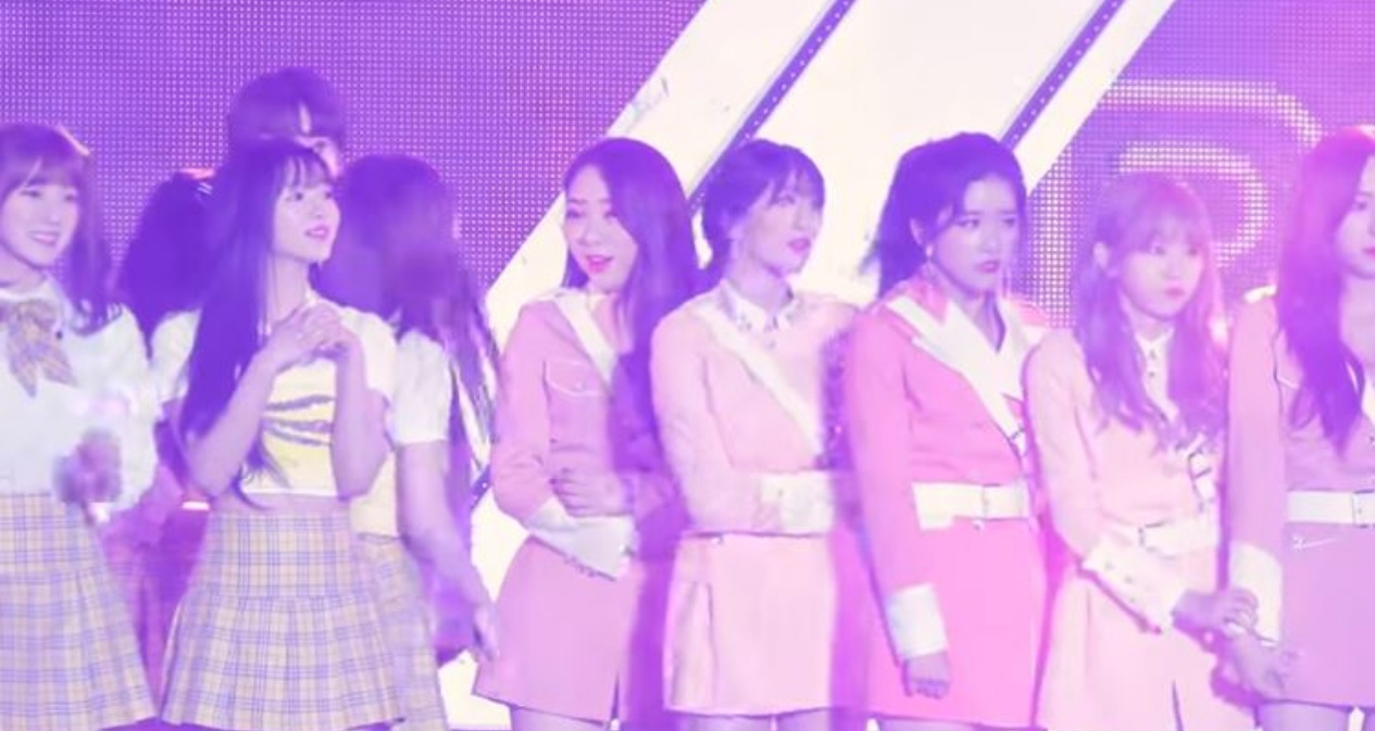 因為偶像們排排站,站在左二的YooA不僅比同隊成員Arin看來更小一些,和一旁正常人Size的宇宙少女成員璉靜、Exy相比,臉更是足足小了一半,也讓她被網友封是「演藝圈最小臉」