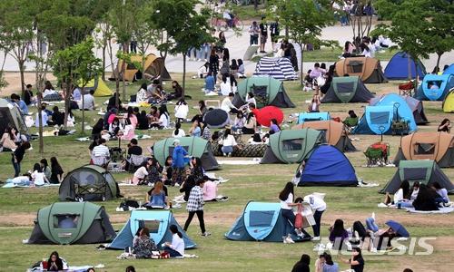 不止韓國人,連遊客都喜歡去漢江公園野餐,晚上一邊聽音樂,一邊享受美食和夜景,令身心大大放鬆~~