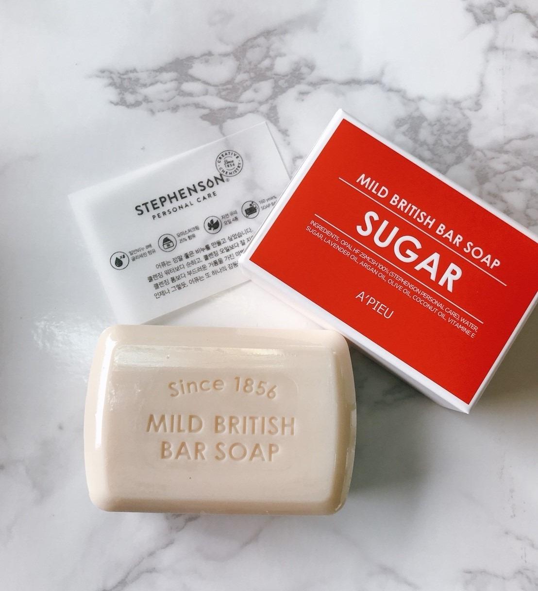 A'PIEU這款清潔皂很貼心的根據四種不同的膚質推出四種功能的肥皂,不管是什麼樣的膚質都能挑到最適合自己的清潔皂喔! 首先要介紹的是這顆適合乾肌使用的紅色皂。添加了砂糖成分加強保濕,含有豐富的甘油成分更能鎖住肌膚水分。乾肌女孩選這款就對啦!