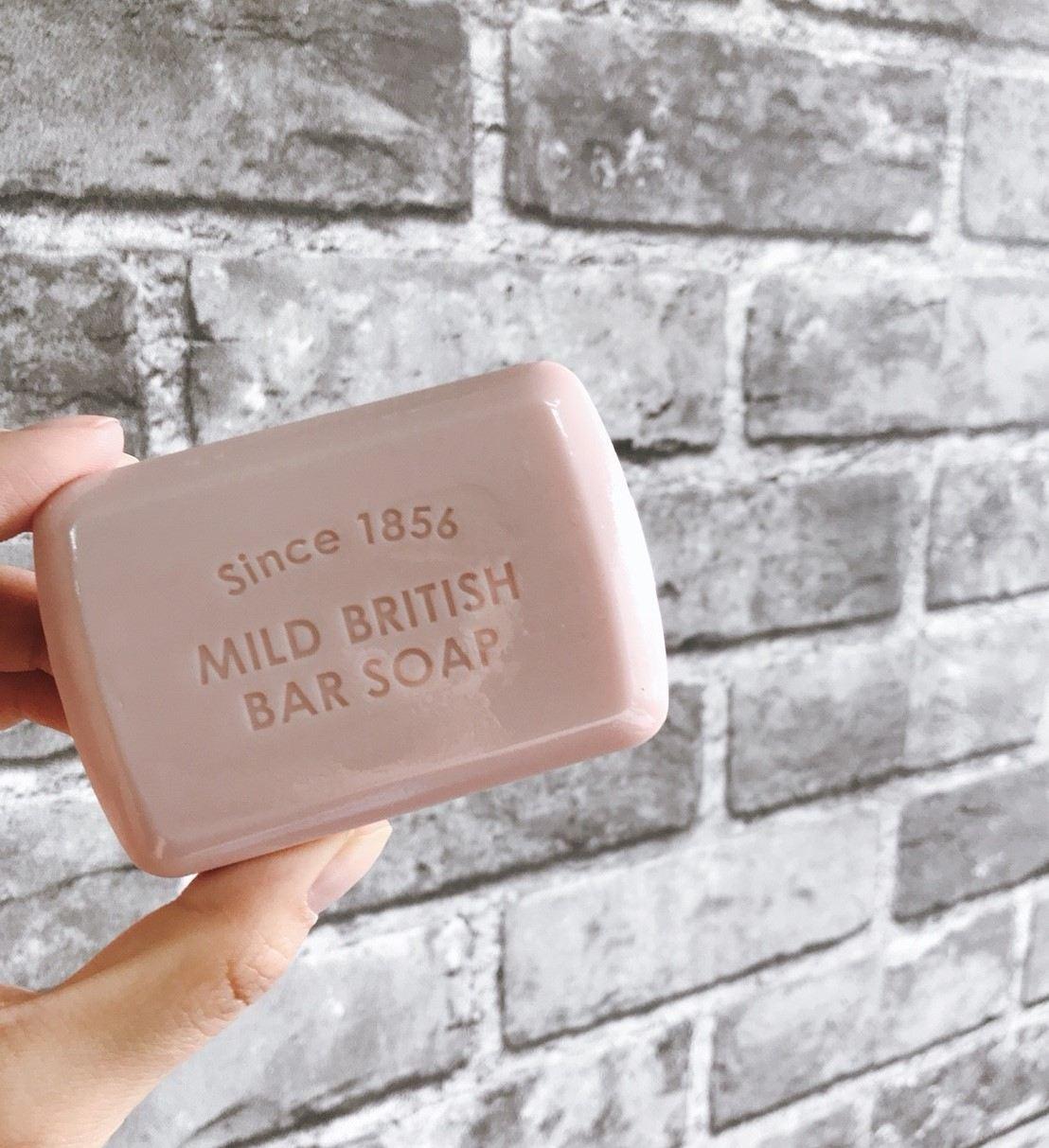 膚淺的女神覺得這款皂還有一個很大的優點:就是不管是包裝還是皂體都豪~可愛呀!可愛到女神雖然是混和肌但卻想包色收藏XD 如果是平常就有習慣有用皂清潔的習慣,或是覺得洗面乳的成分太刺激想試試看比較溫和的清潔產品,女神真心覺得A'PIEU的這款「純淨溫和英國清潔皂」真的會是一個很不錯的選擇!