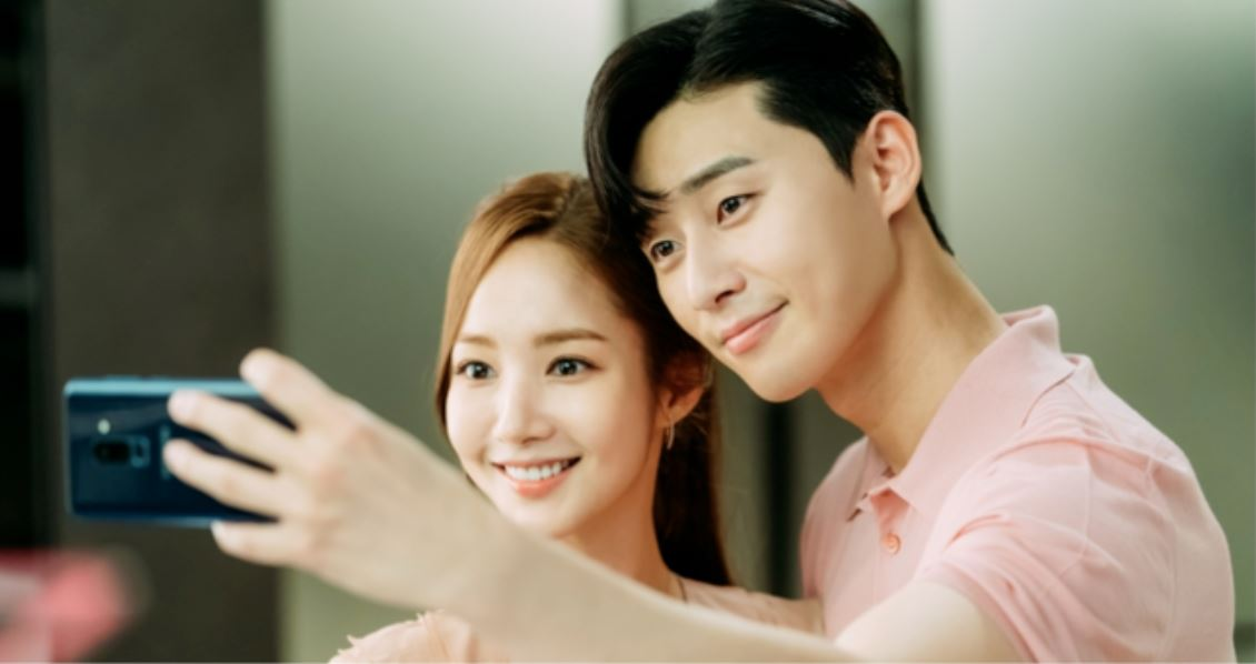早前韓國媒體報導朴敏英和朴敘俊的「雙朴戀」,早在劇集開拍前就已經秘密談了三年,而兩人在劇中展現的「粉紅氛圍」,其實也只是兩人戲外的真實延續,不過兩人在事件曝光後,透過經紀公司表示兩人僅是「親近的前後輩關係」快速否認戀愛傳聞