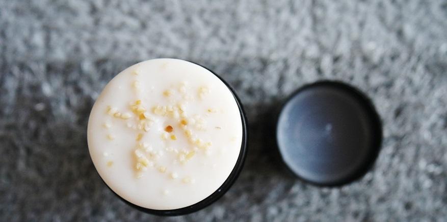 這款【BATH HOUSE】去粉刺水潤燕麥潔顏棒,最厲害的就是它不同於一般潔顏棒,只用利用潔顏棒本身去除髒汙,而是利用燕麥的養分和顆粒幫助去角質,你看看這剖面,滿滿的燕麥顆粒感覺好有feel啊!