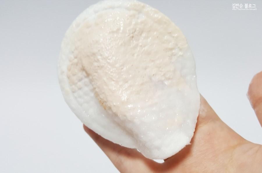 而且利用完這個【BATH HOUSE】玻尿酸泡泡潔顏棉片後,就可以看到臉上的髒污全部跑到棉片上,殘妝和肌膚的老廢角質都被清乾淨,這棉片髒到不行XDDD