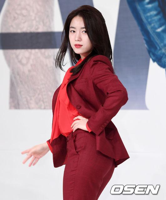 南韓藝人LJ突然在昨日(22日)晚上連續上傳多張與前T-ara成員柳和榮的多張親密照,因為照片中兩人親密的彷彿是情侶關係,因此大批網友湧進LJ的IG裡留言。