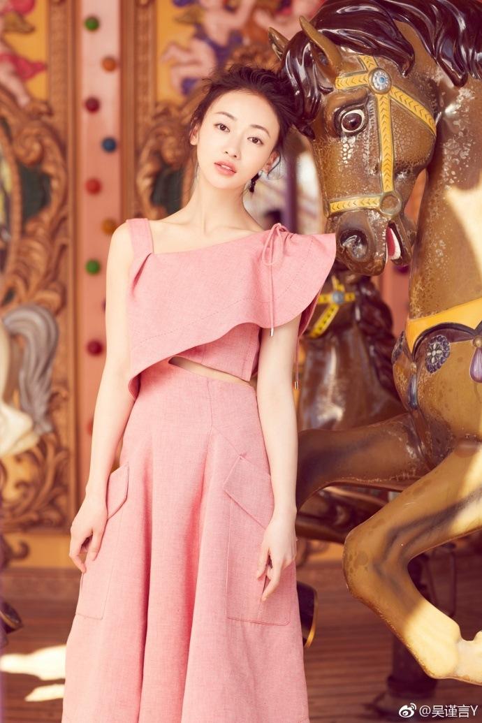 今年28歲的吳謹言,身高168公分,在拍攝此劇之前體重51公斤,但為了飾演個性如頑石一樣的瓔珞,她特地再減掉7公斤,讓整個人更顯消瘦。