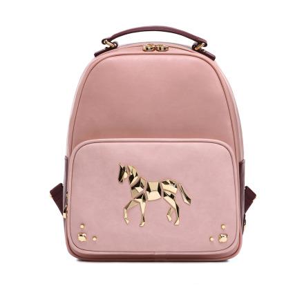 乾燥玫瑰色的後背包,搭配幾何金屬的馬兒標誌和鉚釘裝飾,個性和夢幻融合得剛剛好,主面是粉嫩的乾燥玫瑰花色,背面是酒紅色的設計,無論甚麼角度都能完美呈現的小巧思!